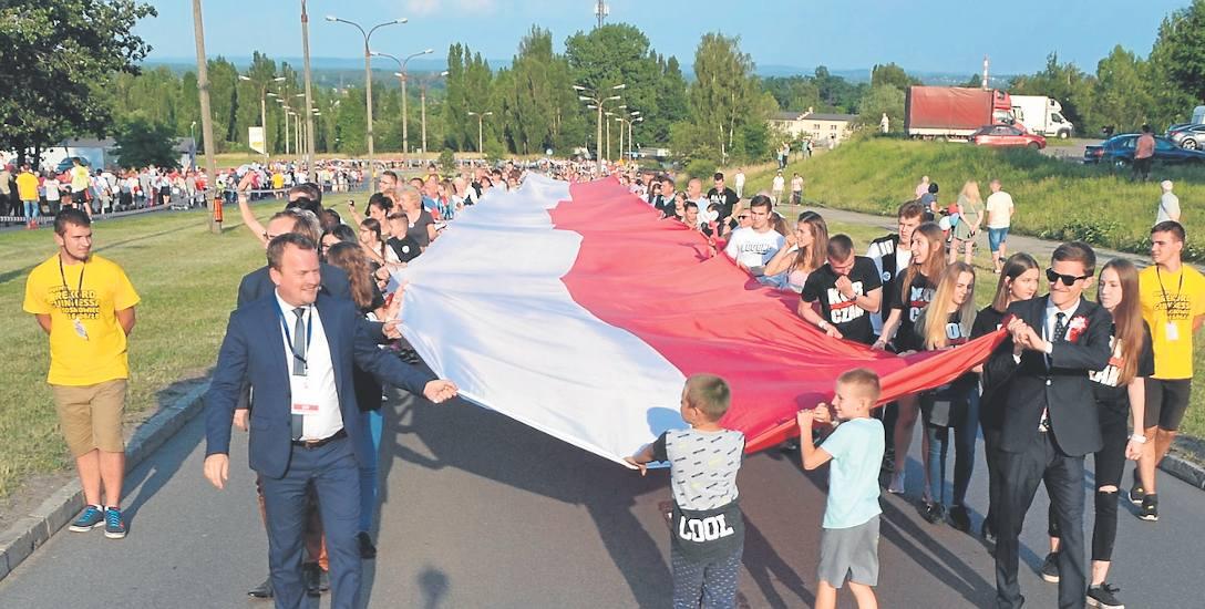 Do próby bicia rekordu Guinnessa w jednoczesnym trzymaniu flagi zarejestrowały się w Sosnowcu 1392 osoby