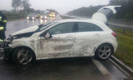 Mercedes dachował na autostradzie A4