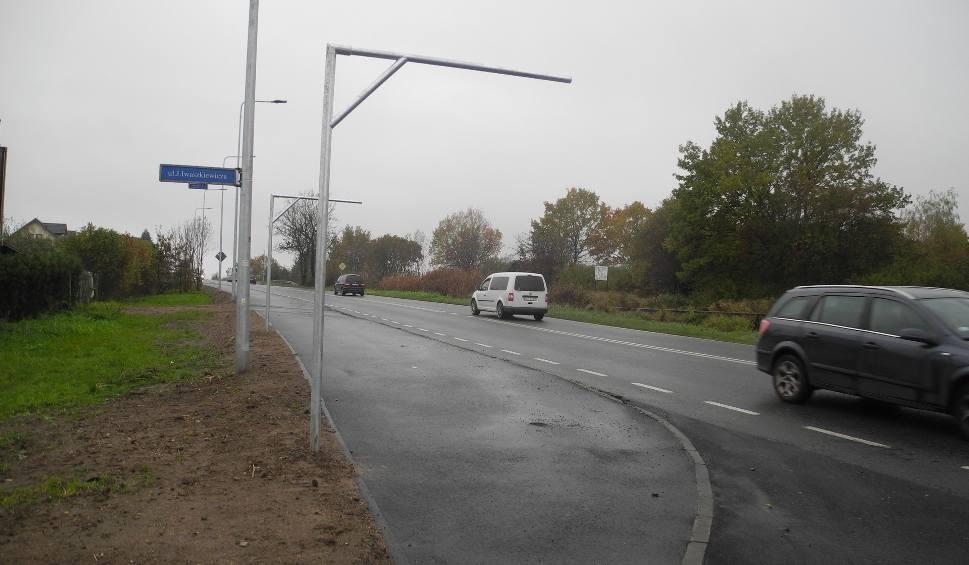 Film do artykułu: Stargard. Budowa ścieżki na ul. Broniewskiego. Montują znaki i porządkują