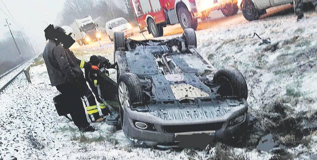 Wypadek na trasie w gminie Będzino, w Uliszkach. Tu dachował kierowca hondy. Konieczna była interwencja strażaków. Na miejscu była drużyna z OSP Będ