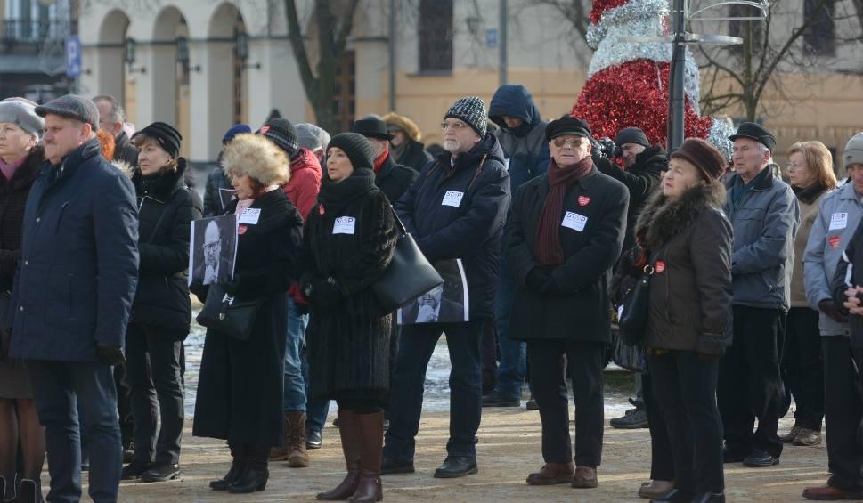 Film do artykułu: Radom pożegnał prezydenta Gdańska. Mieszkańcy wspólnie oglądali transmisję z mszy pogrzebowej przed Urzędem Miejskim
