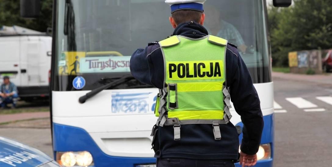 Policja zachęca do pracy w szeregach i zarobkami i karierą i szybką emeryturą.