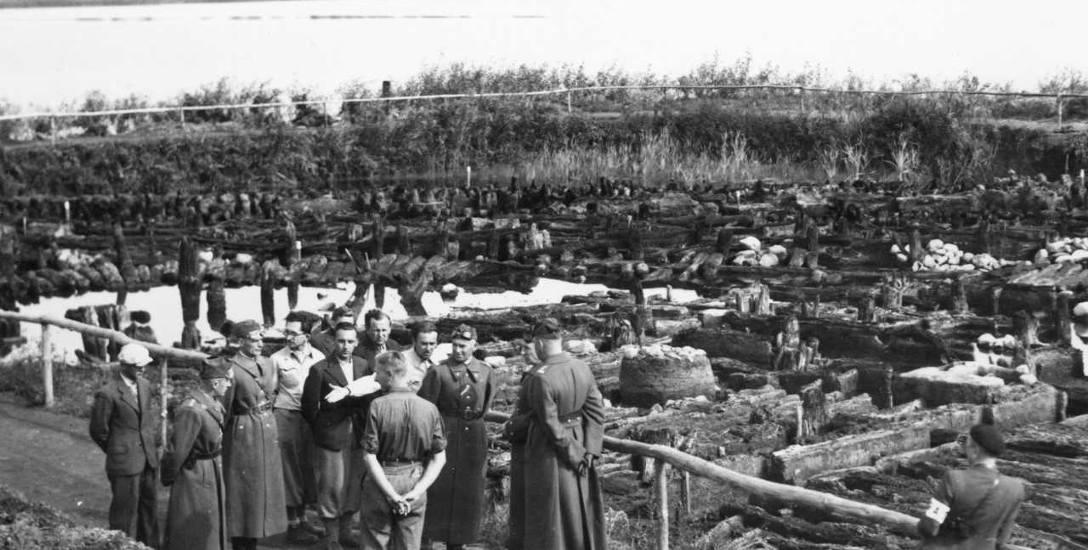 Rok 1937. Teren wykopalisk w Biskupinie ogląda generalicja polska na czele z marszałkiem Edwardem Śmigłym-Rydzem