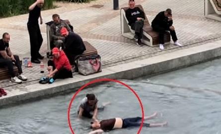 Na nagraniu widać zakrapianą biesiadę, jaką nad Sztuczną Rawą urządziła grupa kilku osób. Jedna z nich – kobieta – siedzi na skraju fontanny i moczy