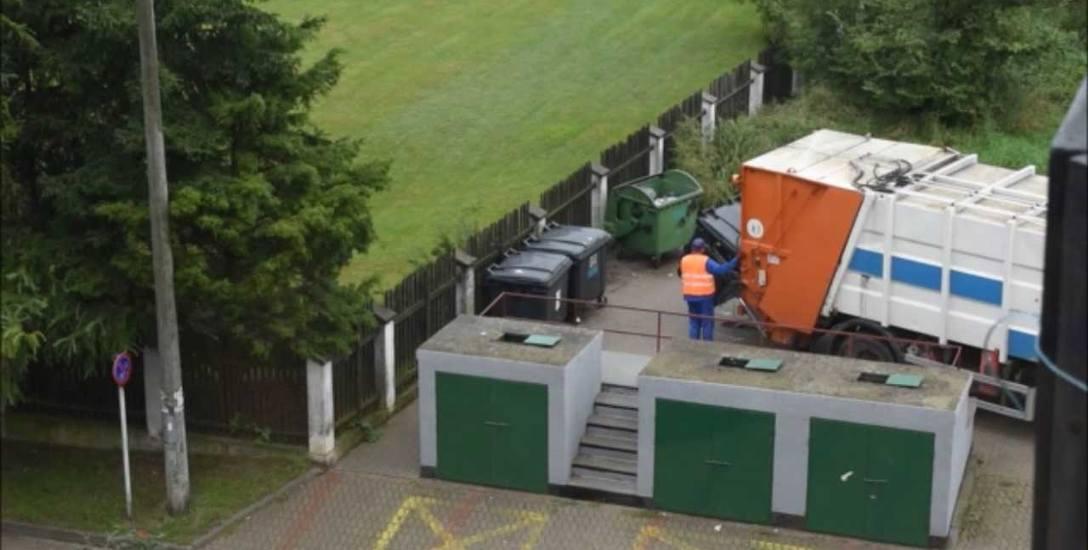 Na zdjęciach przysłanych przez Czytelnika widać, jak pracownicy PUK opróżniają pojemniki przeznaczone na odpady segregowane, a następnie, w tej samej