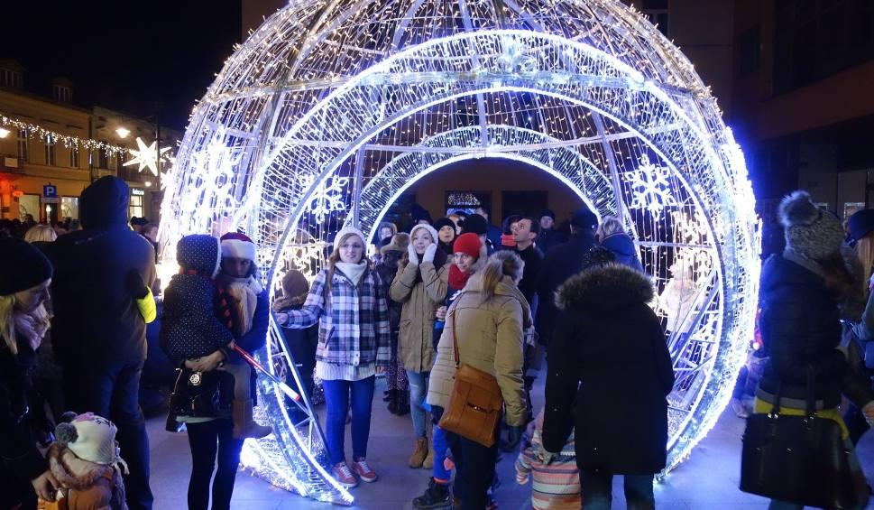 Film do artykułu: Zabłysnęła świąteczna iluminacja ulicy Piotrkowskiej [ZDJĘCIA]