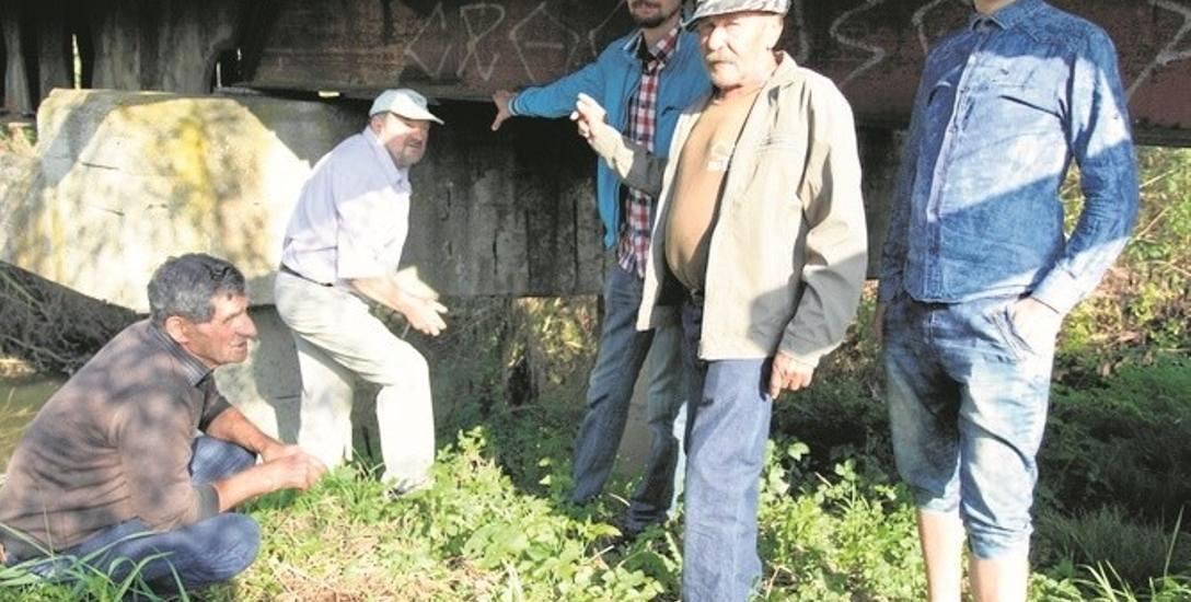Mieszkańcy Kamyka i Sobolowa uważają, że konstrukcja nie jest uszkodzona i wystarczy wymienić elementy z drewna