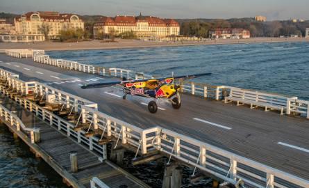 Jeden z najlepszych na świecie pilotów wyścigowych Łukasz Czepiela wylądował samolotem na molo w Sopocie