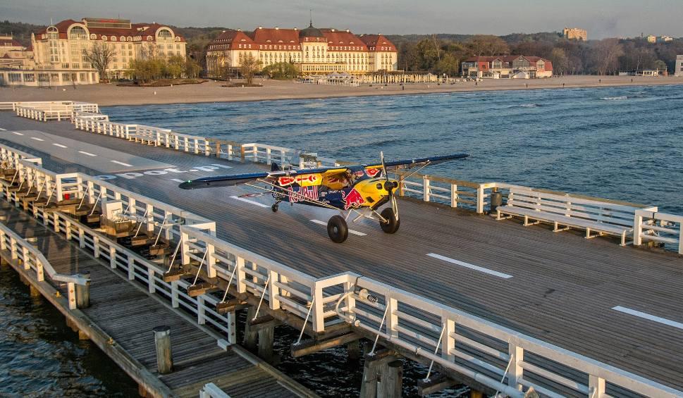 Film do artykułu: Jeden z najlepszych na świecie pilotów wyścigowych Łukasz Czepiela wylądował samolotem na molo w Sopocie