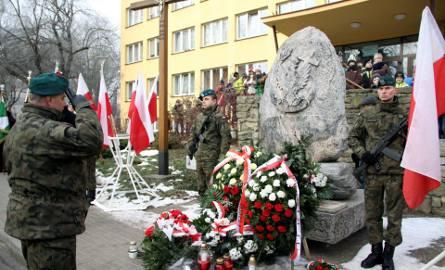 Rocznica wybuchu Powstania Styczniowego. Pod pomnikiem na ul. Langiewicza złożono znicze i kwiaty (ZDJĘCIA)