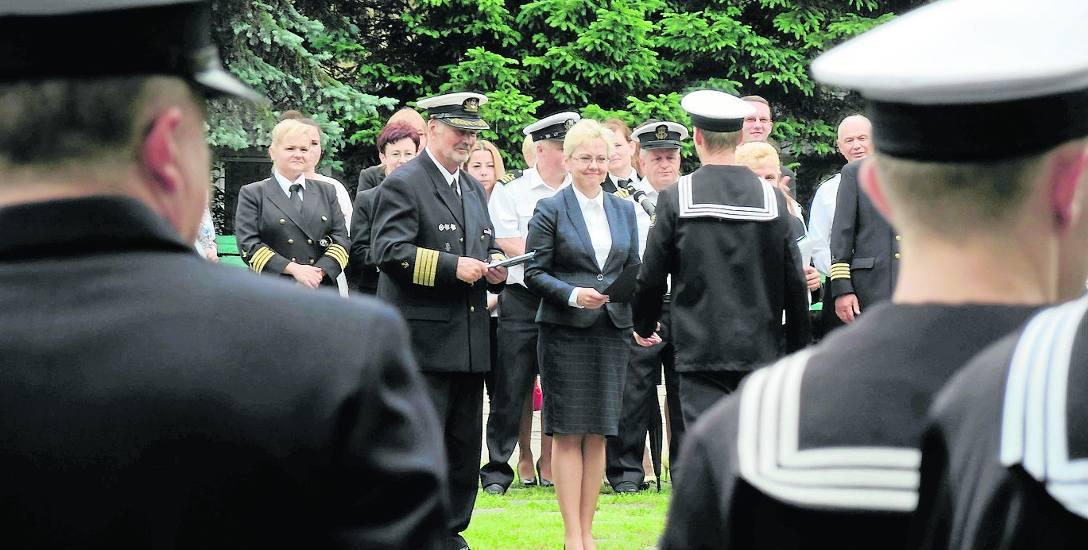 Wiceminister Anna Moskwa podczas zakończenia roku szkolnego wręczała dyplomy najzdolniejszym uczniom szkoły