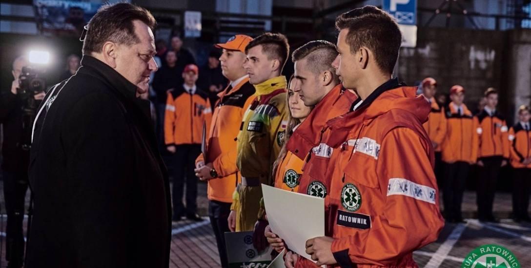 Piotra Tobojkę (od prawej) i Patryka Lewandowskiego wyróżnił wiceminister spraw wewnętrznych i administracji Jarosław Zieliński