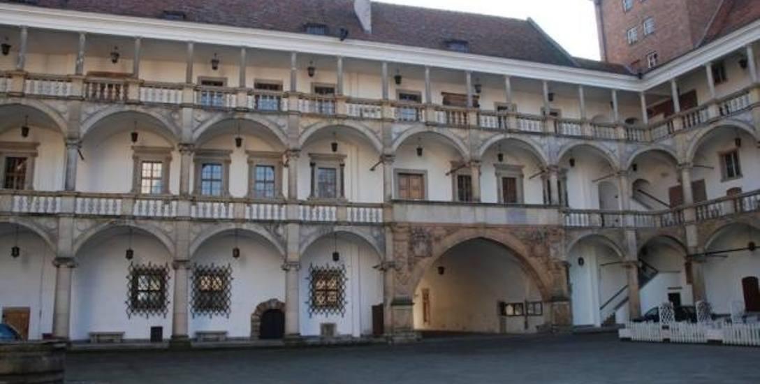 Śląskiego Wawelu, jak nazywany jest zamek w Brzegu, nie ma na liście Pomników Historii, bo wcześniej nikt o to nie wnioskował. Z kolei Byczyna od lat