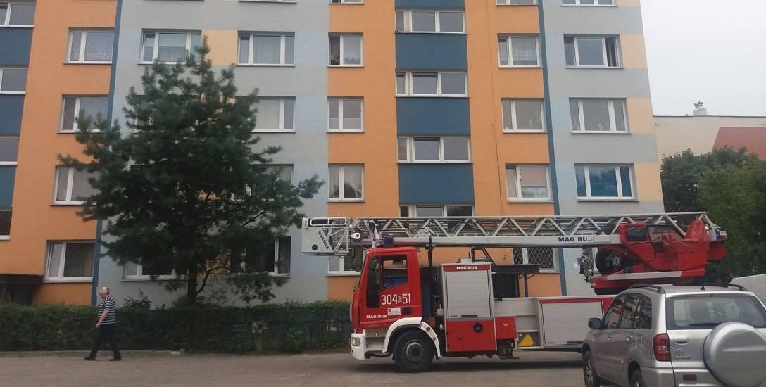 Młody wytatuowany i pijany mężczyzna awanturował się na balkonie swojego mieszkania na Widzewie