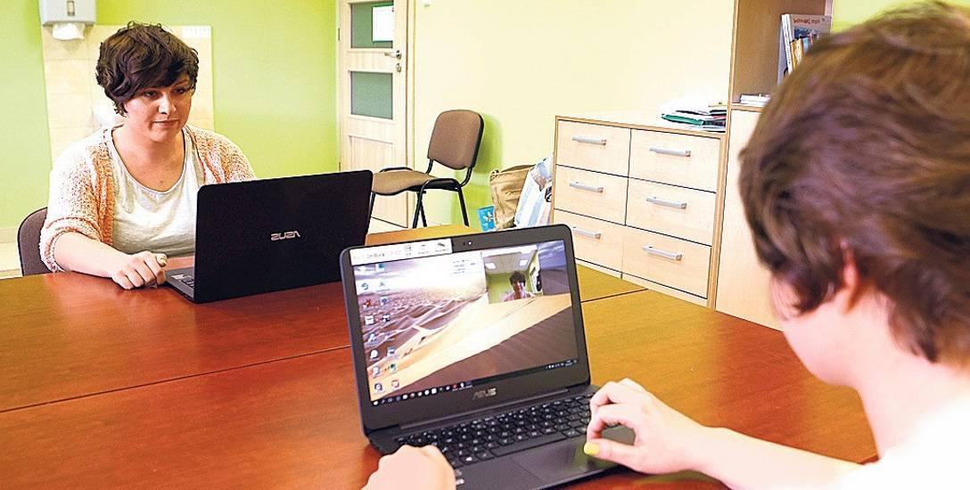 Katarzyna Milczanowska, neorologopeda, specjalista od alternatywnej komunikacji Stowarzyszenia Bruno, pokazuje nam, jak  uruchomić aplikację BlinkMouse