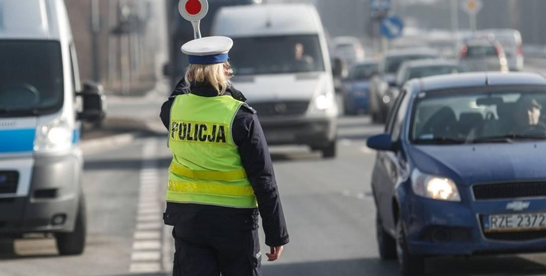 Policjant zatrzymujący pojazd do kontroli. Takich widoków  w ostatnim czasie oglądamy bardzo mało