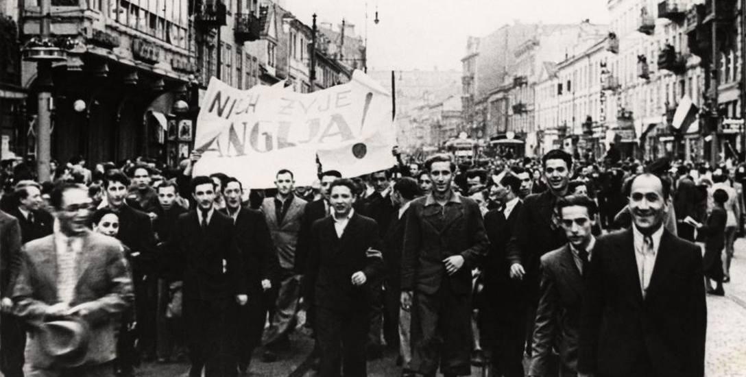Manifestacja w Warszawie po ogłoszeniu przystąpienia Anglii i Francji do wojny. 3 września 1939 r