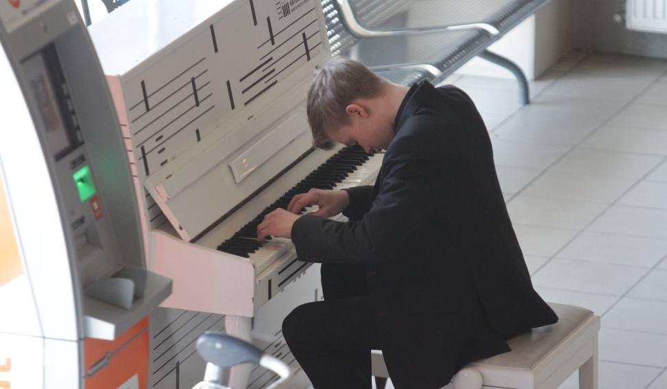 Film do artykułu: Na lotnisku w Pyrzowicach zabrzmiała muzyka. Witold zagrał na pianinie WIDEO + ZDJĘCIA