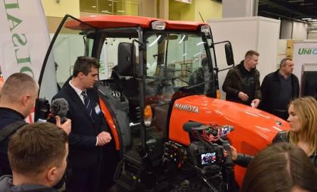 - Najnowszy ciągnik marki Kubota jest dostosowany do pracy w uprawach owoców miękkich, szerokość na kołach można regulować, minimalna wynosi 140 centymetrów