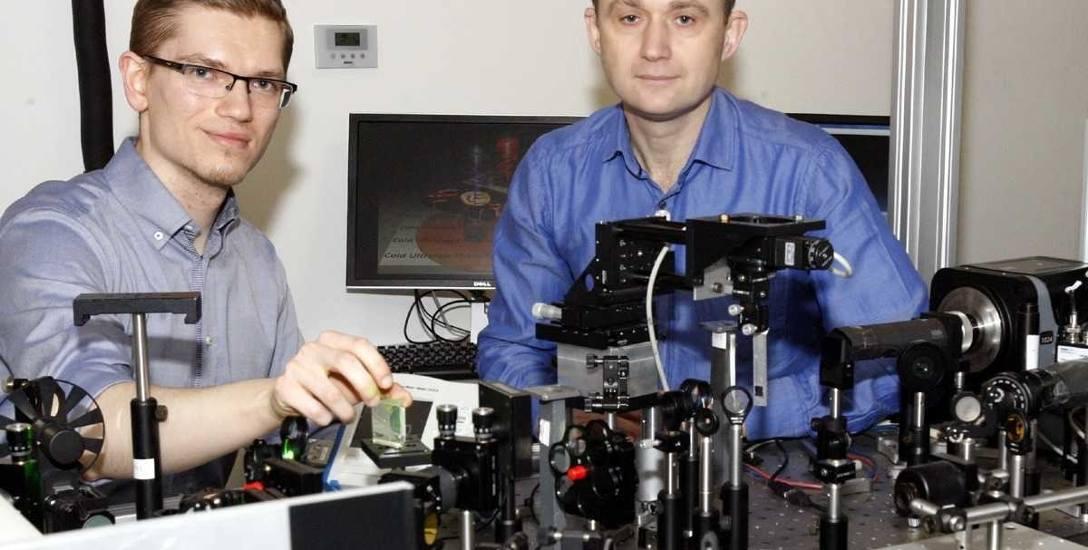 Nad metodą szybkiego zapisywania pracowali (od lewej) dr Krzysztof Szerenos i prof. Andrzej Stupakiewicz z Uniwersytetu w Białymstoku
