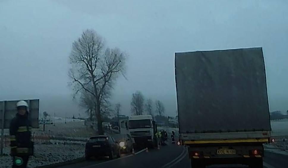 Film do artykułu: Czajowice. Kolizja z udziałem ciężarówki na drodze Kraków-Olkusz [WIDEO]