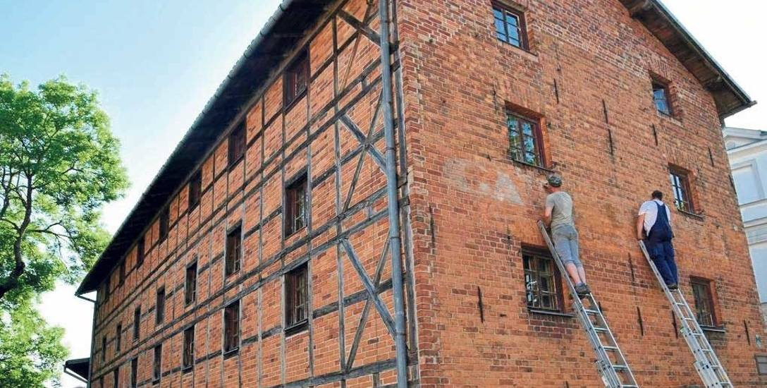 Napis Carl Wentzel pojawił się na szczycie zabytkowego spichlerza w centrum Szczecinka. Właściciel chce także odnowić drewniane elementy muru szachu