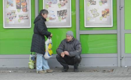 Godzinami stoją pod sklepami w kędzierzyńskim śródmieściu. Zbierają pieniądze na alkohol. Tak jak przy sklepie na ul. Wojska Polskiego.