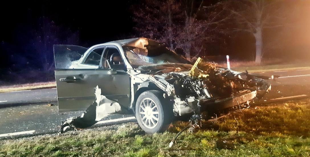 Tak wyglądał samochód kierowcy po zderzeniu z krowami chodzącymi bez nadzoru pod Uradem. Kierowca trafił do szpitala.