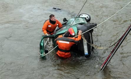 Służby ratunkowe wyciągnęły samochód z rzeki.