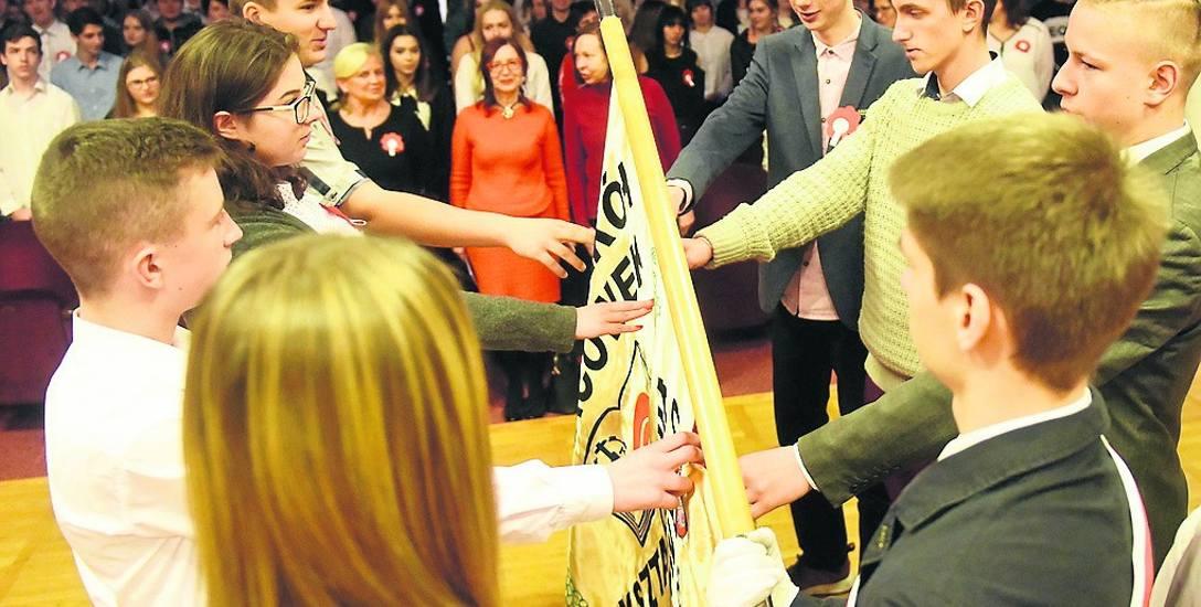 Uczniowie klas pierwszych podczas uroczystości złożyli wczoraj ślubowanie na sztandar szkoły