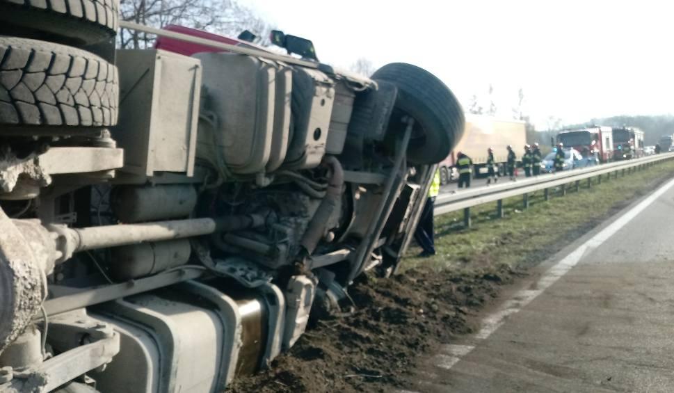 Film do artykułu: Głogoczów. Wywróciła się ciężarówka z ładunkiem kamienia. Utrudnienia na zakopiance