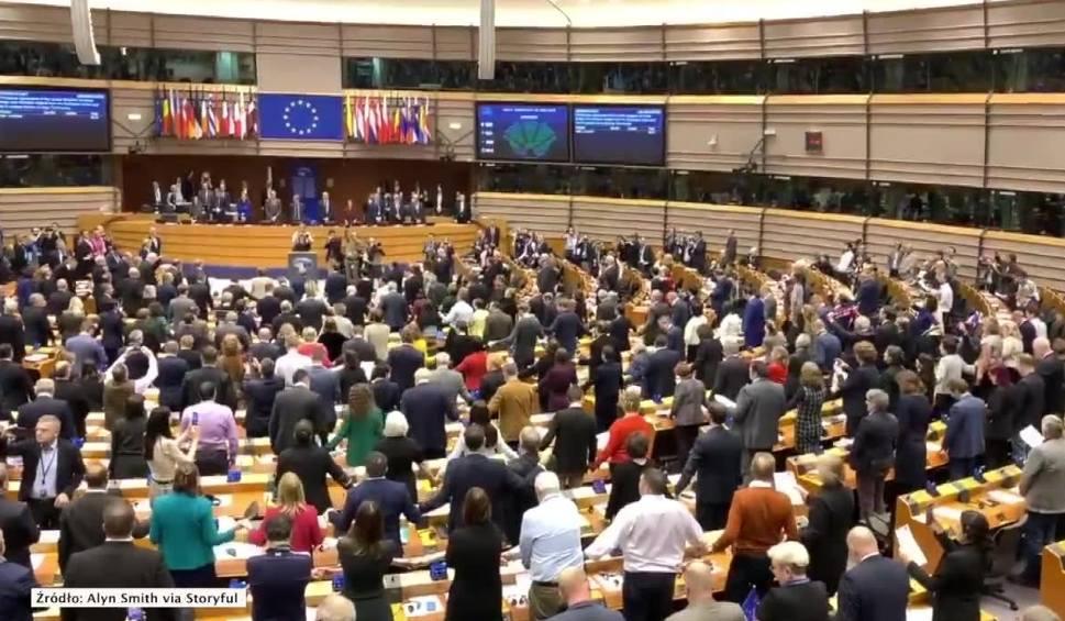 Film do artykułu: Brexit i co dalej? Wielka Brytania występuje z UE. Jakie zmiany dla Polaków to oznacza? Wrócą wizy i kontrole celne?