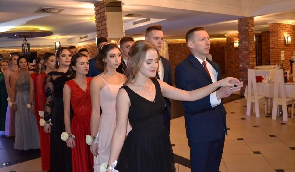 Film do artykułu: Studniówka ZSZiO w Kartuzach - klasy licealne bawiły się w Garczu ZDJĘCIA, WIDEO