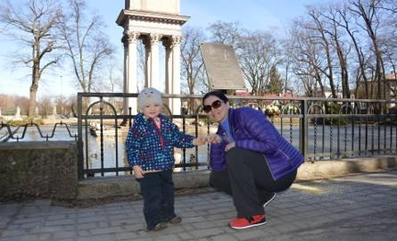Magdalena Łoś z synkiem Kubusiem często odwiedza park. Cieszy się, że będzie przebudowany, ale niepokoi ją wycinka kilkuset drzew