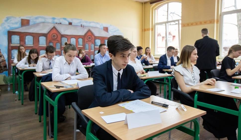 Film do artykułu: Egzamin gimnazjalny 2019. Matematyka nie była łatwa, ale dali sobie radę. A strajk trwa