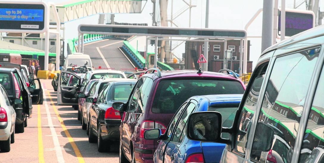 Port w Calais i wjazd na prom. Kierowcy informują, że imigranci znów wracają w rejon tego portu. Przypomnijmy: w pobliżu było do jesieni 2016 dzikie
