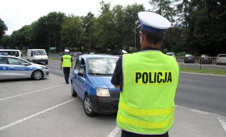 Jeśli kontrolujący policjanci odkryją, że kierowca nie ma przy sobie prawa jazdy, wypisują mandat i uniemożliwiają dalszą jazdę - w przyszłym roku tego