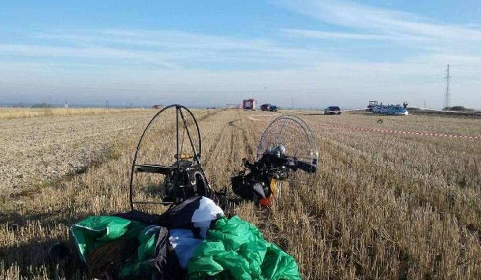 Film do artykułu: Włoszczowa: Wypadek paralotniarzy 200 metrów nad ziemią. Jeden zginął na miejscu. Drugi w szpitalu