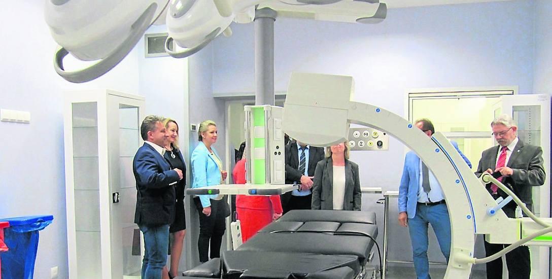 Głównym wykonawcą bloku operacyjnego było koszalińskie Przedsiębiorstwo Instalacji Przemysłowych MAKROWENT. Wyposażenie  w sprzęt medyczny  należało