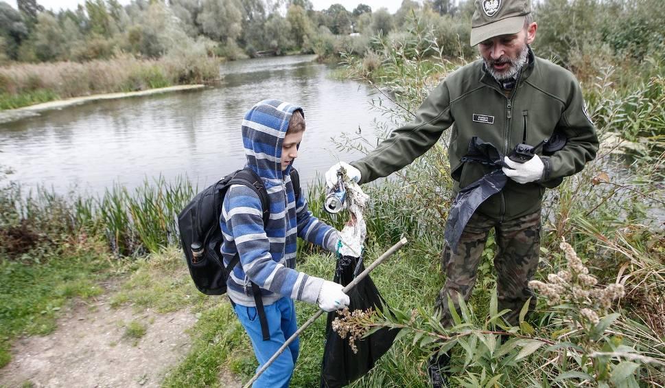 Film do artykułu: Ochotnicy i straż rybacka porządkowali brzegi Wisłoka. Było co sprzątać