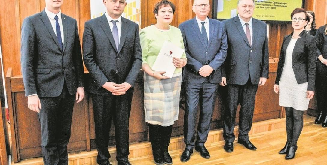 """Gmina Kowalewo Pomorskie podpisała umowę na dotację projektu """"Zamontowanie instalacji fotowoltaicznej na terenie pływalni""""."""