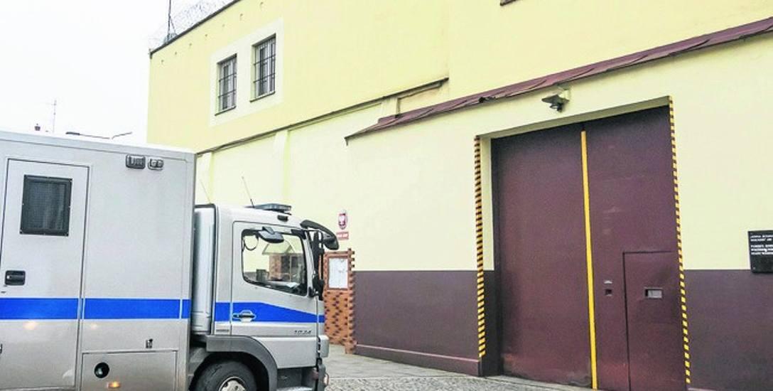 Strażnik więzienny trzymał ponad 100 tys. zł... w szafce w Zakładzie Karnym w Fordonie. Pieniądze zostały mu oddane