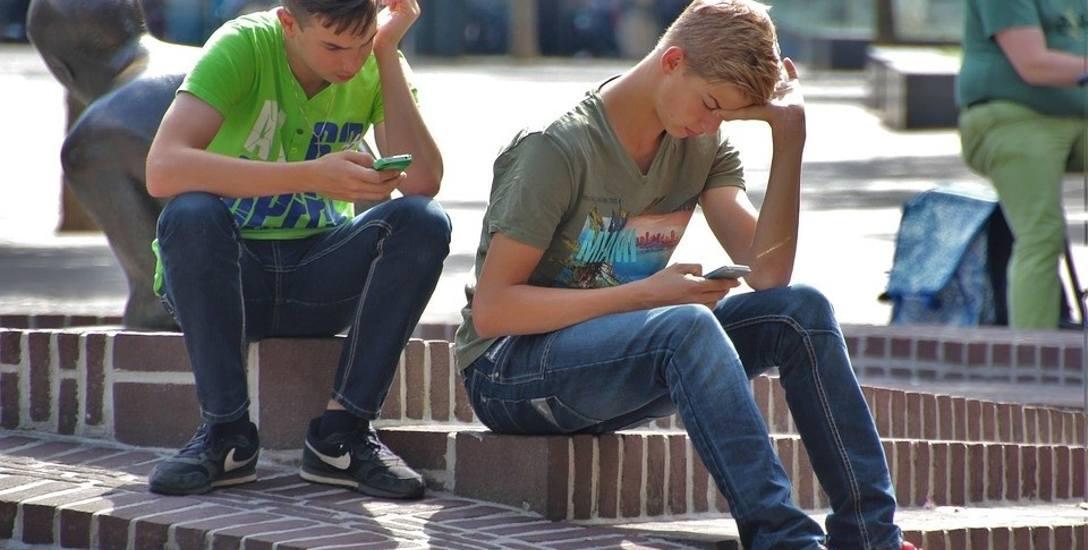 Smartfony i tablety zastępują nastolatkom kontakty z rówieśnikami. Na forach w internecie mówią o swoich intymnych sprawach, nie zdając sobie sprawy