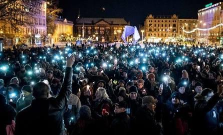 """""""Jesteśmy razem do końca świata i jeden dzień dłużej"""" – pod takim hasłem w poniedziałek na placu Wolności spotkali się poznaniacy poruszeni zamachem"""