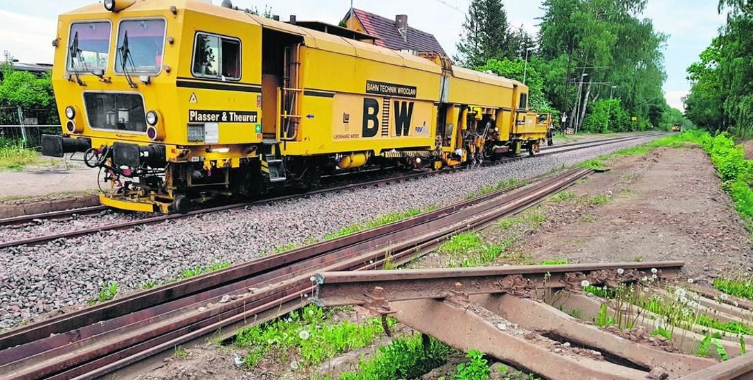 Remont linii 405 w toku, ale PKP PLK zapewnia, że od 10 czerwca zapewniony będzie bezpieczny i wygodny dojazd pociągami do Ustki. Na zdjęciu: prace w