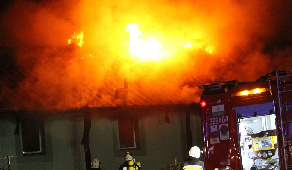 Film do artykułu: Pożar zakładu produkcyjnego w Baranowie Sandomierskim. Na miejscu działali strażacy [ZDJĘCIA]
