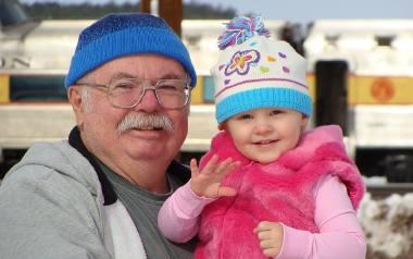 Babć i dziadków przybywa, ale wnuków jest coraz mniej