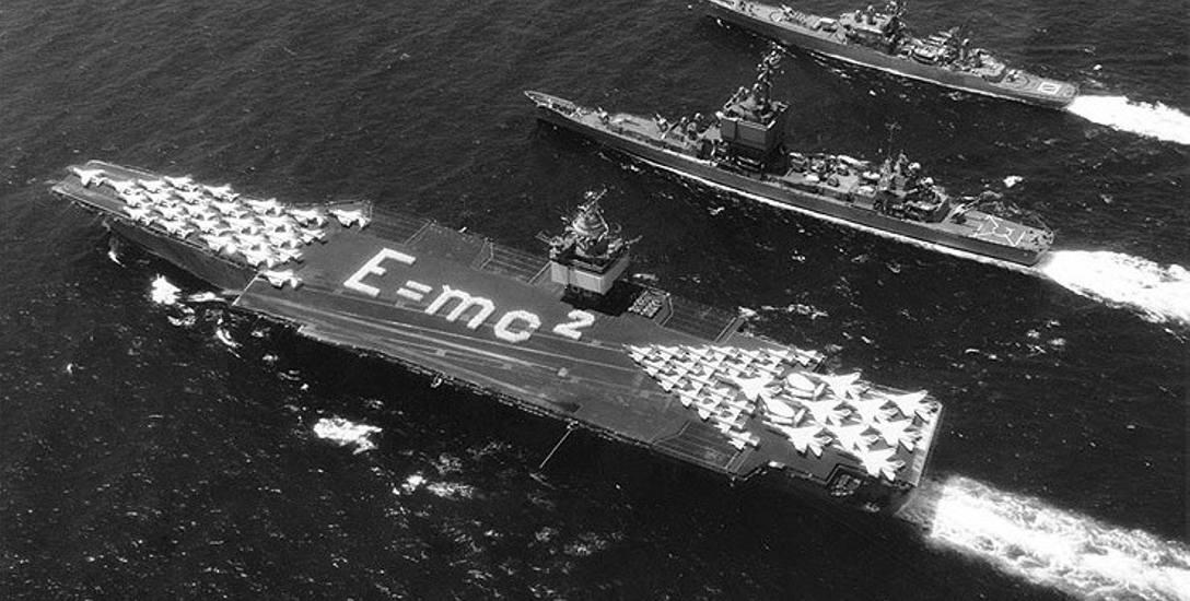 """Grupa okrętów atomowych . Pierwszy od lewej lotniskowiec USS """"Enterprise"""". 30 czerwca 1964 roku"""