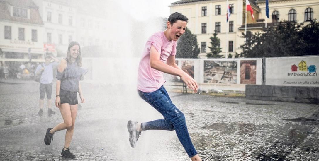 Kurtyna wodna na Starym Rynku cieszy, ale problemów z suszą nie zażegna