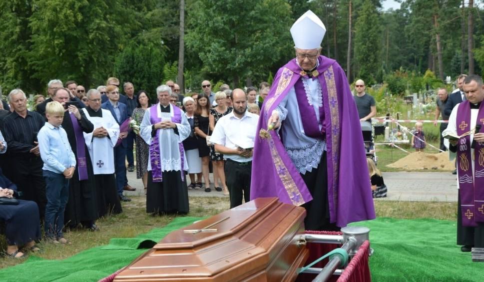 Film do artykułu: Pogrzeb ks. prałata Kazimierza Klawczyńskiego na cmentarzu w Lęborku. Zdjęcia